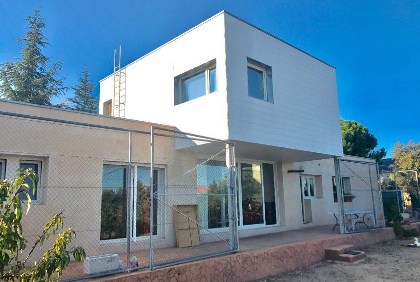 143167942 850x570 - Chalet minimalista Urb.Pino Alto
